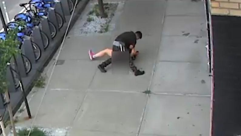 背后推倒强摸臀 纽约女子大白天竟当街遭遇性骚扰