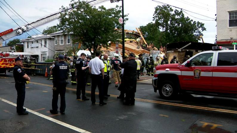 华盛顿施工中公寓楼倒塌 一人被困1个半小时后获救