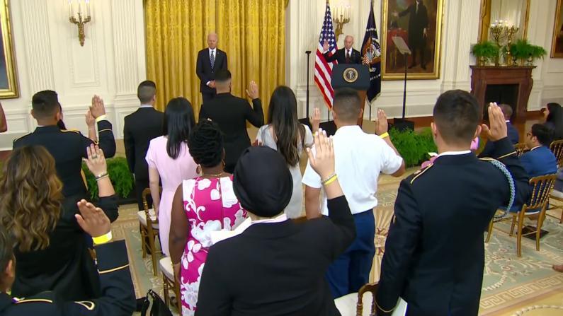 """""""相信我,美国能实现你们的梦想""""拜登独立日前夕出席入籍仪式"""