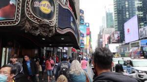 长周末纽约时报广场人流量大增 游客盼独立日烟火