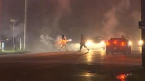 烟火棒当武器互射 孟菲斯街道被拍下这一混乱场面…