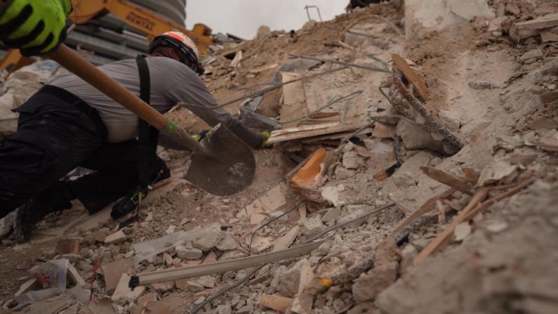 现场画面公开:救援队这样挖掘佛州塌楼废墟