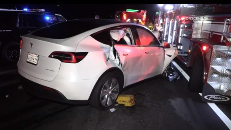 加州警察处理车祸险遭特斯拉撞上 女司机竟在呼呼大睡