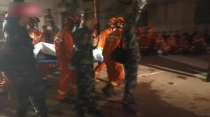 直击苏州吴江一酒店倒塌事故现场:大型设备破拆构件 搜救犬进入
