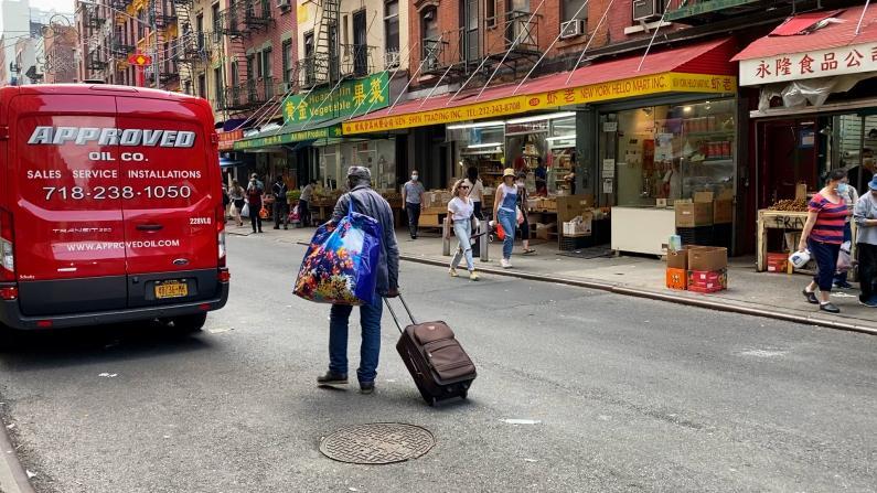 庇护所不堪重负 游民迁回被搁置 纽约华埠酒店业者:游民走了也怕没客人