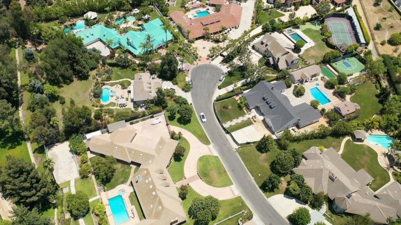 【安家美国·加州尔湾】来看看待售豪宅的生活配套和城市环境