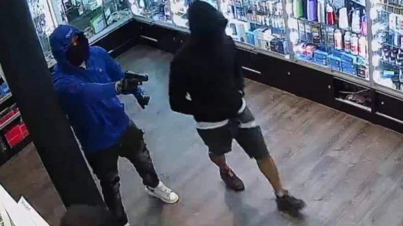 三男持枪抢劫纽约曼哈顿便利店 警方悬赏$3500征线索