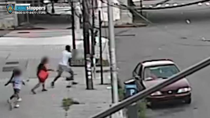 震惊!纽约2男子竟当街从母亲手里抢小孩