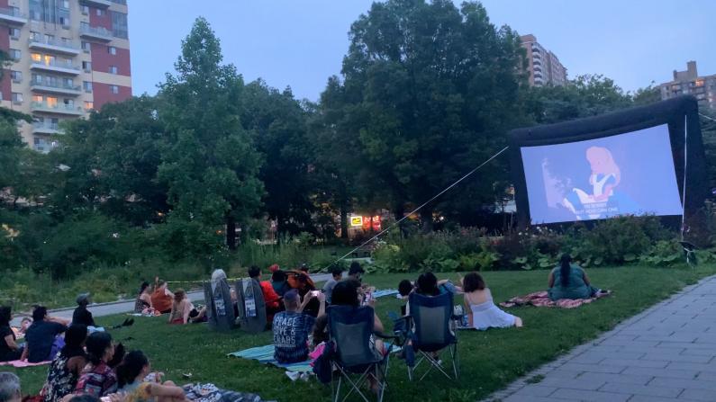 疫情期间户外看电影受追捧 纽约市法拉盛植物园夏日电影邀你观赏