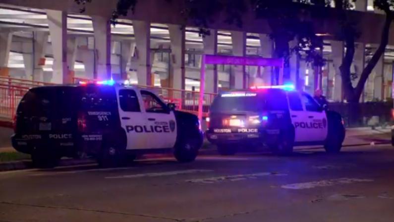 休斯敦一商场内爆枪击 嫌犯射伤一人后与一下班警察交火