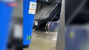 直击北京暴雨现场 雨水灌进地铁站