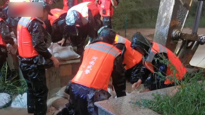河南强降雨致一河流决口 驻地武警紧急封堵