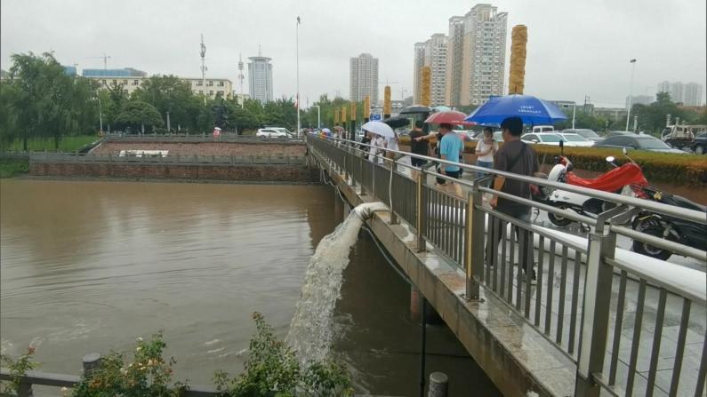 郑州及周边交通逐步恢复 市区加紧排水