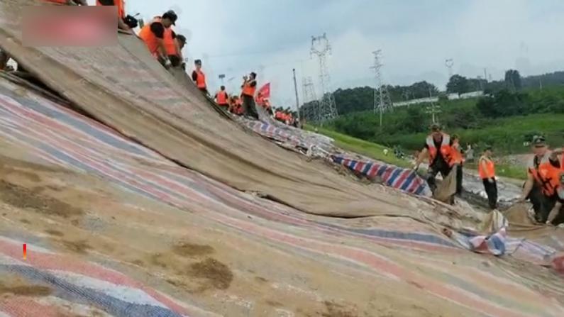 【现场】郑州新密五星水库堤坝抢险