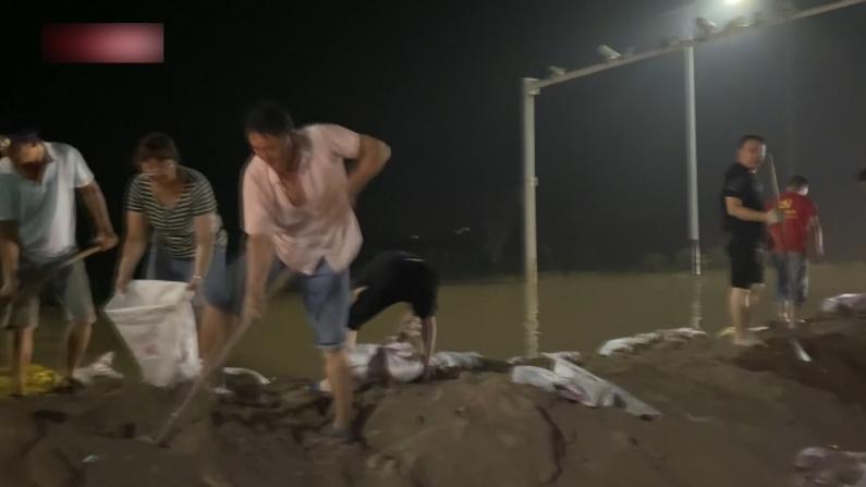 河南新乡洪灾:牛场村民被困数日获救 龙华寺村民为国道砌屏障