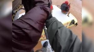 卡车被水淹没司机躲车顶 亚利桑那警方直升机腾空营救