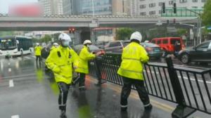 """台风""""烟花""""侵袭上海 公安消防清路排水拆隐患"""