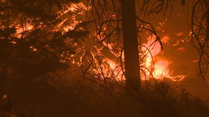 加州迪克西山火延烧20万英亩 居民:撤不撤离都提心吊胆