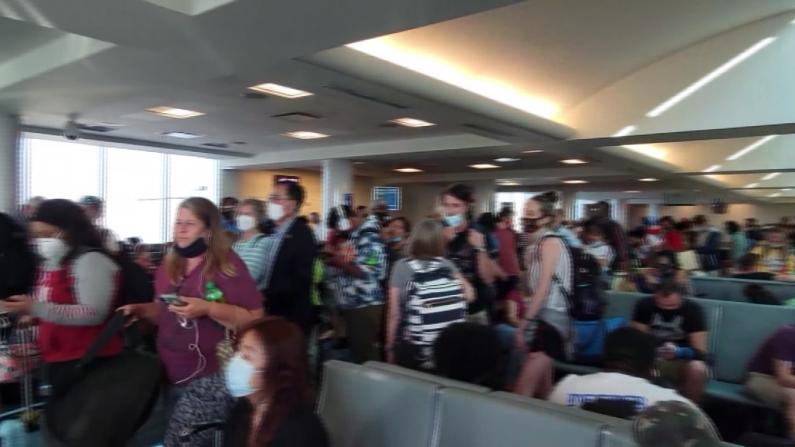 航班延误多时 行李久等不来 边疆航空人手短缺乘客受罪