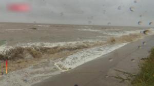 江苏盐城连发台风、暴雨预警 转移民众五千余人