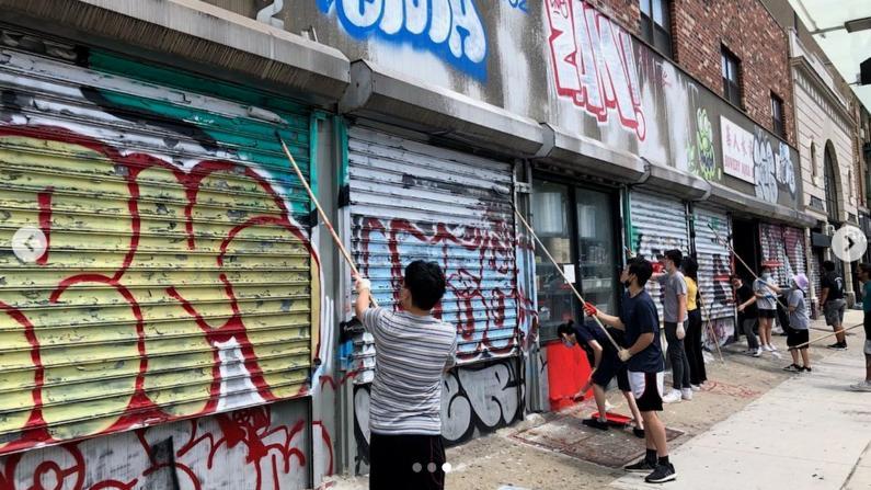 美化华埠 纽约市警联合商改区清理涂鸦 店主:担心没几天又会被画满