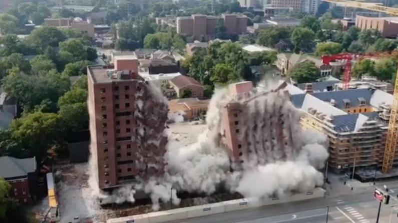 大学定向爆破宿舍楼 相隔数秒两栋大楼精确倒下