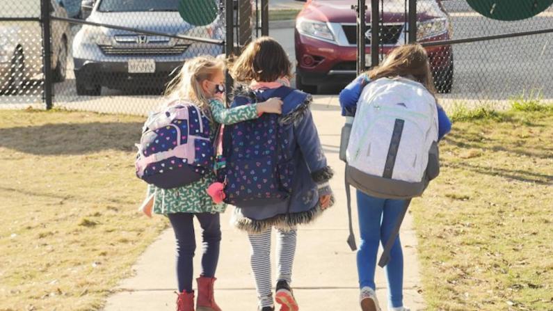 新冠病例再激增 孩子返校是否戴口罩?家长起争论