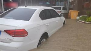 直击强降雨袭福建泉州:多人被困 积水齐腰