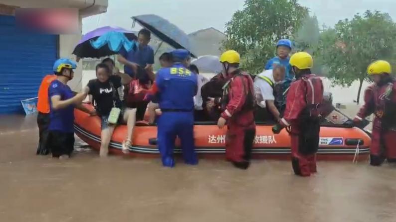 四川大竹遭遇强降雨 受灾民众紧急转移
