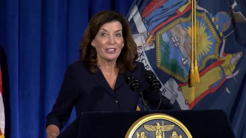 继任纽约州长霍楚首次亮相:我们的工作已经开始了