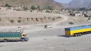 阿富汗巴基斯坦贸易往来重开 商业车辆驶过边境公路