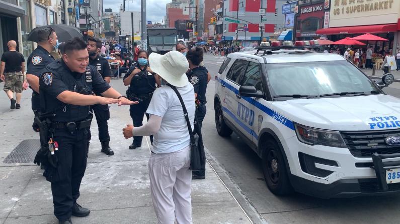"""纽约法拉盛街头两摊贩""""抢地盘"""" 警方:都无权占用"""