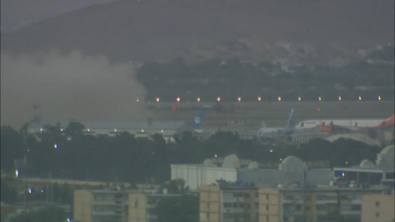 【现场】阿富汗喀布尔机场附近发生爆炸 浓烟滚滚