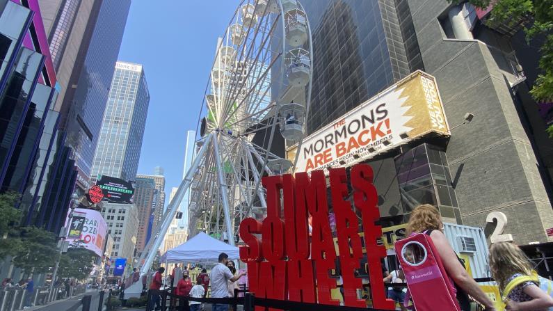 """纽约时报广场闪现巨型摩天轮 带你""""飞越世界十字路口"""""""