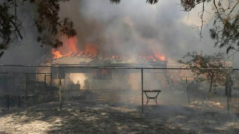 南加山火逼近居民区 十多栋房屋被毁上千人撤离