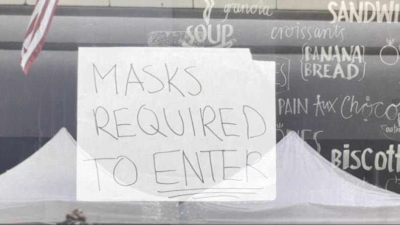 """波士顿室内口罩令首日 市中心商家纷纷张贴""""口罩告示"""""""