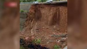 【现场】河南洛阳一道路暴雨后突然坍塌