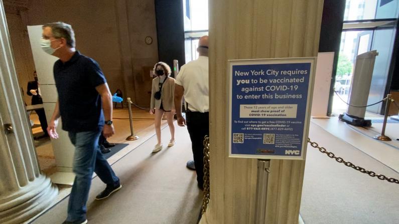 纽约博物馆查不查疫苗证明?游客:反正我随身带疫苗卡