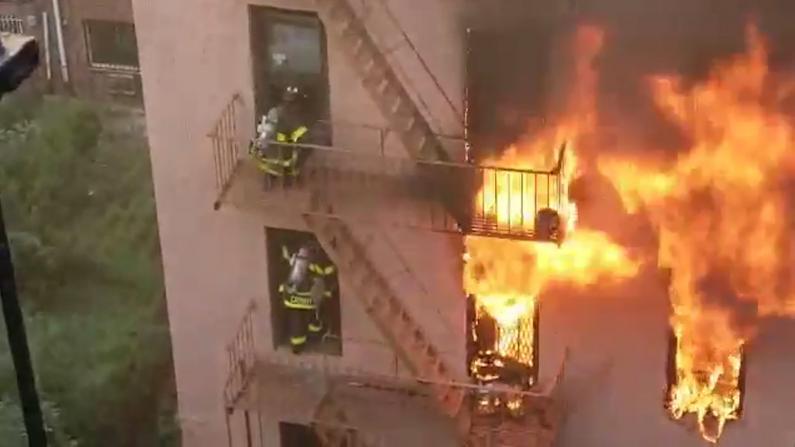 突发!纽约法拉盛居民楼着火 2条街外都能闻到浓烟