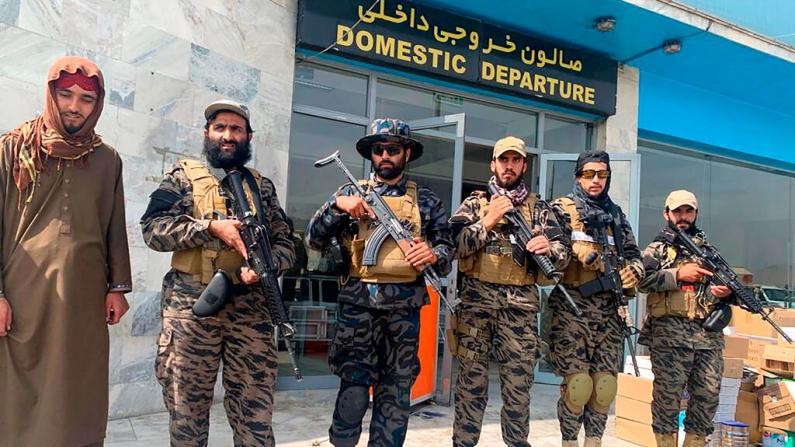 美军结束20年驻留阿富汗历史 塔利班喀布尔机场鸣枪庆祝