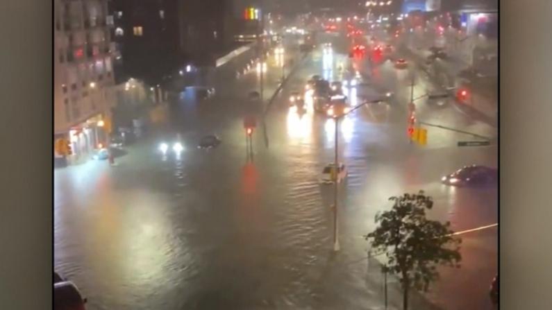 """""""艾达""""罕见暴雨洪水侵袭纽约 街道一片汪洋 车辆搁浅弃置"""