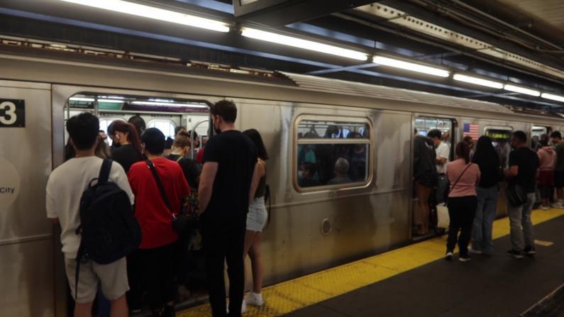 纽约地铁暴雨后第二天仍瘫痪 皇后区多线不进曼哈顿 7号车挤满