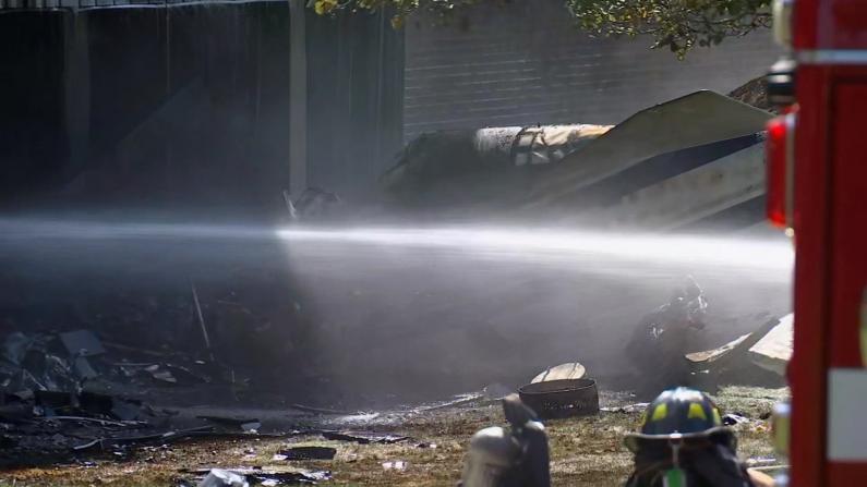 """小型飞机""""砸""""进康州商业楼引发火灾 目击者:巨响后突然停电"""