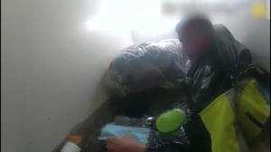 NYPD公布营救受灾亚裔家庭现场画面:浑浊积水齐胸 杂物四处漂浮