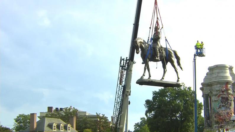 【现场】里士满移除罗伯特·李著名雕像 围观民众欢呼庆祝