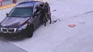 【监控】19岁少年偷车载走后座幼童 母亲报警绝望哭喊
