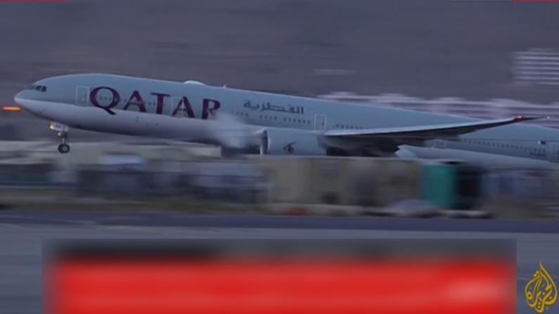 塔利班接管后首个商业航班起飞 多国公民离开阿富汗