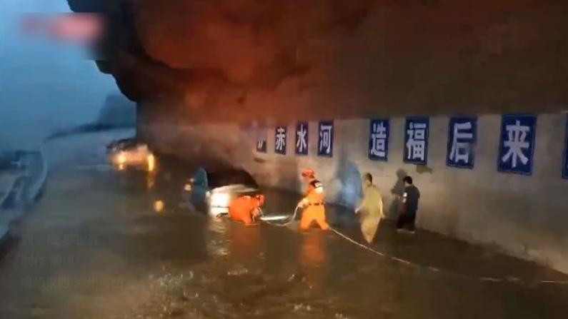 四川古蔺遭暴雨袭击 有车辆和人员被困