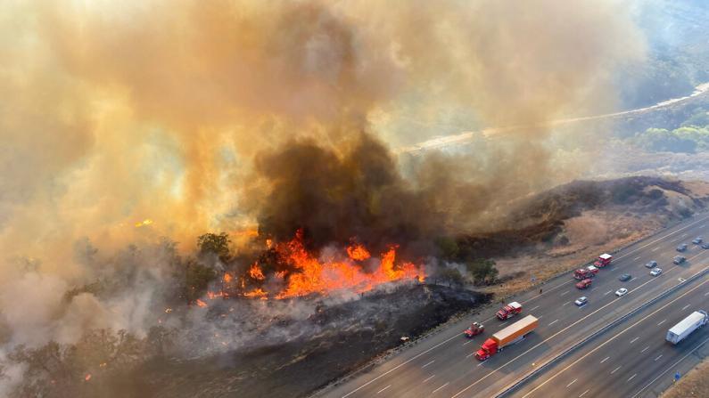 """南加一野火""""跳过""""高速路蔓延 所幸火势已受控"""