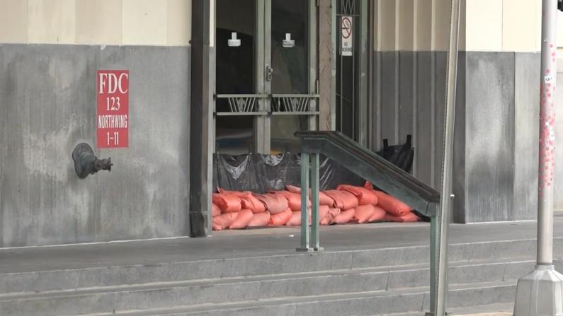 """""""尼古拉斯""""逼近得州 休斯敦将遭暴雨洪水 民众加油采购应对"""
